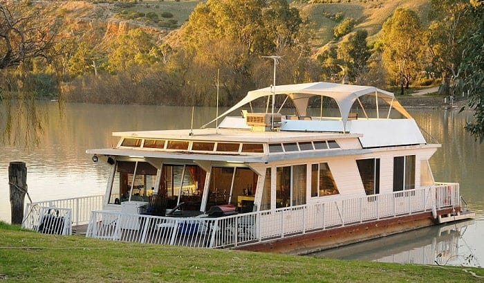 How much does it cost to live on a houseboat